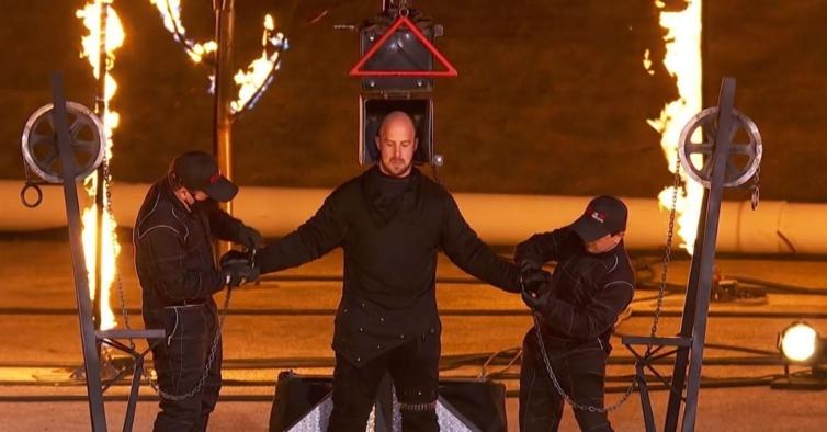 """Concorrente de """"America's Got Talent"""" hospitalizado após explosão no programa"""