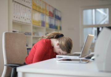 Dormir pouco e acordar com sonolência não é normal — saiba quando procurar ajuda