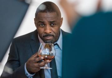 Idris Elba abre bar de vinhos em Londres com mais de 800 referências
