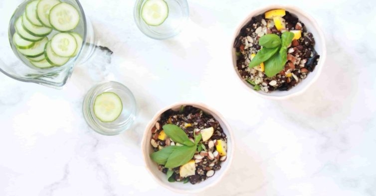 Salada de quinoa com feijão azuki e manjericão
